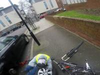Pomoc rowerzysty przy naprawie auta