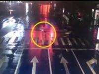 Kierowca BMW umyślnie potrącił przechodnia 21.11.2017