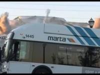 Operator kamery stracił kontrolę gdy kierowca autobusu zasłonił moment implozji