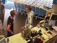 Młody chłopak sprawnie powala awanturującego się Sebastiana na ziemie