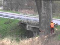 Obalenie topoli koło mostu w Opace