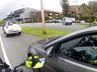 Kobieta zajęta telefonem nie zorientowała się że jest zatrzymywana przez policję