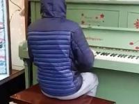 Koleś wymiata na ulicznym pianinie - zapodaje mix kawałki muzyczne