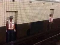 Jak w Nowym Jorku osoby naprawiąjące metro chowają się przed pociągiem?