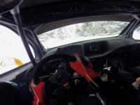 Kierowca rajdowy prezentuje co potrafi w zimowej scenerii