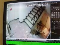 Ewakuacyjna klatka schodowa w budynku podczas trzęsienia ziemi