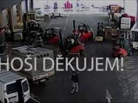 Złodzieje złapani przez operatorów wózków widłowych