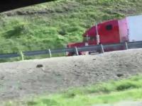 Ciężarówka z przegrzanymi hamulcami korzysta z rampy ratunkowej