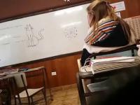 Nauczycielka odkrywa narysowanego na tablicy koteczka