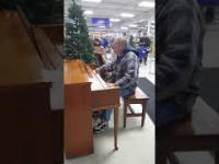 Wszedł do sklepu i zaczął grać na pianinie