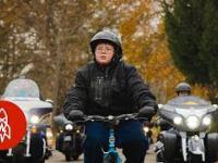 50 motocyklistów eskortuje chłopaka do szkoły, żeby wysłać sygnał do znęcających się nad nim