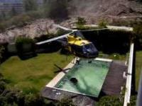 Pilot śmigłowca pożycza sobie wodę z basenu