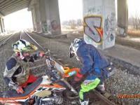 Idioci na motocross przejeżdżają po torach
