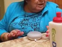 Babcia uczy się korzystać z Google home
