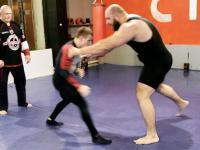 Walka 60 kilogramowego zapaśnika z 150 kilogramowym trójboistą