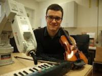 Człowiek, który nauczył robota gry na pianinie