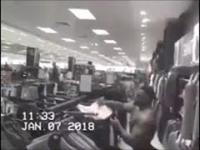 Hulk przymierza koszulkę w sklepie odzieżowym