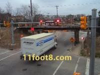 Ciężarówka nie mieści się pod mostem