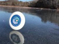 Frisbee na zamarzniętym jeziorze podczas wietrznego dnia