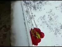 Skok spadochronem z balkonu