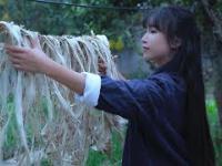 Przepiękna Chinka pokazuje produkcję papieru