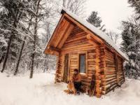 Timelapse z budowy drewnianego domu bez współczesnych narzędzi