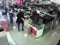Kupujący w sklepie ugryzł iPhone'a, wywołując tym samym eksplozję.