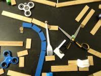 Długa przygoda pewnej niebieskiej kuleczki - maszyna produkcji Rube Goldberga