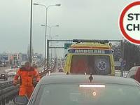 Agresywny kierowca ambulansu zatrzymuje ruch