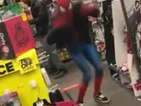 """Klient wszedł do sklepu w przebraniu Spider-Mana i zaczął tańczyć do """"Take on me"""""""