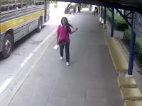 Zagapiła się wysiadając z autobusu