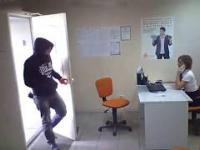 Napad na kobiete w biurze +18