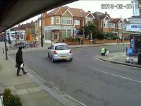 Spory blok losu spada na ulicę w Londynie