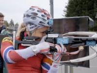 Biatlonistka ćwiczy umiejętność koncentracji na strzelnicy