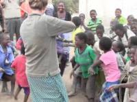 Dzieci w afryce po raz pierwszy w swoim życiu słyszą muzykę skrzypcową.