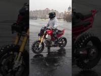 Popisowa przejażdżka na motocyklu po zamarzniętej rzece