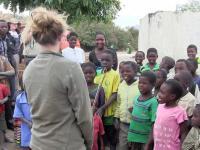 Dzieci w afryce po raz pierwszy słyszą muzykę skrzpcową