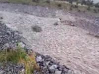 Rzeka kamieni spływa ze zbocza góry w Nowej Zelandii podczas uderzenia cyklonu Gita.