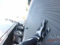 Motocyklista z dużym fartem prześlizguje się pod naczepą TIRa