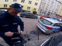 Policja przeszukuje mój plecak i kurtkę, bo jechałem na rowerze
