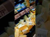 Szczurzy specjalista degustuje ser w jednym ze sklepów w Rosji