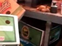 Oszustka sprzedaje towar na wagę z ukrytym obciążeniem