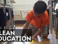 Japonia. Uczniowie najmłodszych klas sprzątają szkołę