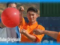 Mnich z Shaolin przebija szybę za pomocą igły