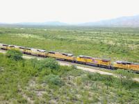 Ponad 200 lokomotyw Union Pacific zaparkowanych gęsiego na bocznicy w Arizonie