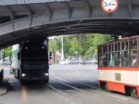 Ciężarówka zahacza o wiadukt kolejowy