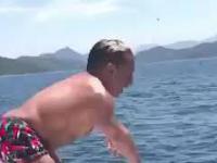 Karzeł skacze do wody