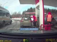 Tankowanie paliwa gdzieś na stacji Łukoil w Rosji