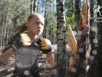 10-letnia dziewczynka w polskiej koszulce powala drzewo bokserskimi ciosami