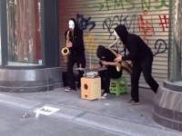 Blow Trio dmucha, wali na chodnikach i robi to bardzo dobrze